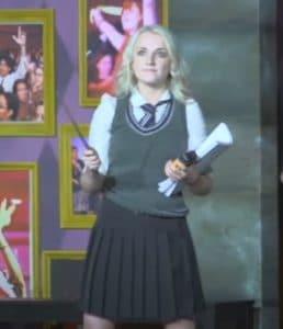 Evanna Lynch, qui reprend le rôle de Luna, tient le script dans sa main gauche et sa baguette dans la main droite.