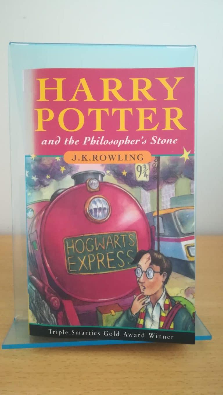 Photo du livre Harry Potter and the Philosopher's stone, traduit en français avec le titre: Harry Potter à l'école des sorciers
