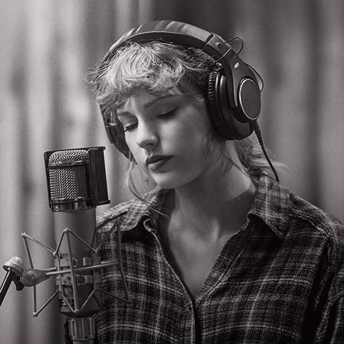 Taylor Swift interprète les chansons de son album Folklore.