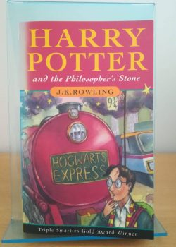 Photo du livre Harry Potter and the Philosopher's stone, traduit en français avec le titre: Harry Potter à l'école des sorciers